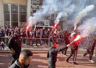 SON DAKİKA BEŞİKTAŞ HABERİ - Taraftarlar Ajax maçı öncesi Amsterdam'da Dam Meydanı'nda toplandı!