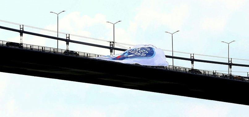 Şampiyon Anadolu Efes'in bayrağı köprüye asıldı