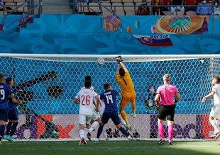 Slovakya-İspanya maçında büyük hata! Kendi kalesine tokatladı