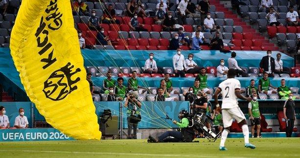 Son dakika spor haberi: Fransa - Almanya maçında şok protesto! Paraşütle sahaya atladı