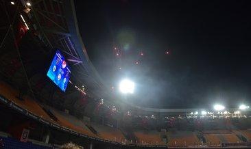 Başakşehir-G.Saray maçında havai fişek atıldı!