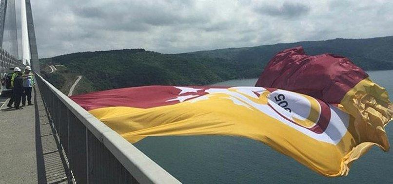 Galatasaray'ın bayrağı köprülere asıldı