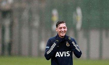 Mesut Özil tribünde yerini aldı! İşte o görüntüler