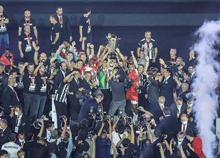 Son dakika spor haberi: Çifte şampiyon Beşiktaş kupayı kaldırdı!