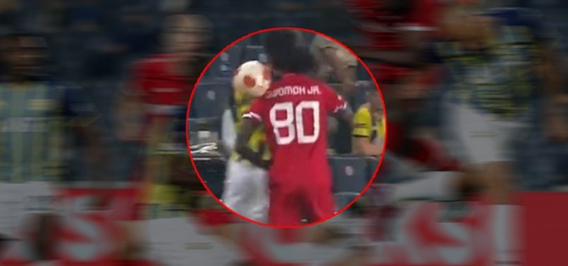 Fenerbahçe Antwerp maçında korkutan anlar! Nazım Sangare ve Pierre Dwomoh kafa kafaya çarpıştı