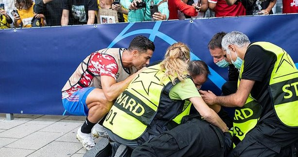 Young Boys-Manchester United maçında Cristiano Ronaldo'dan anlamlı hareket! Güvenlik görevlisinin yardımına koştu