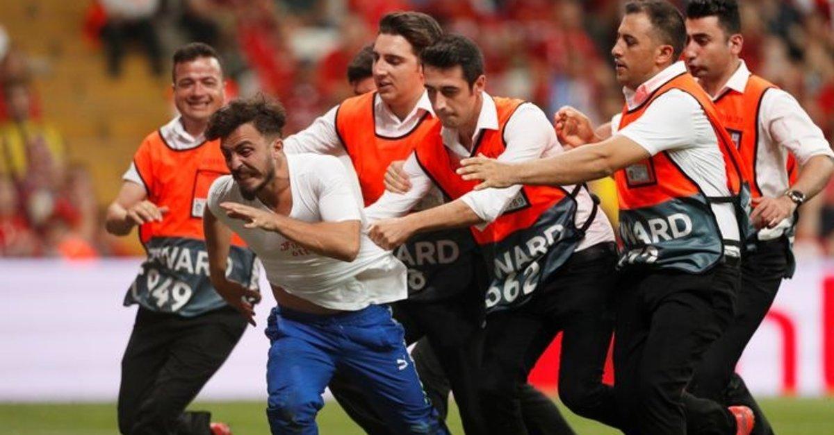Liverpool - Chelsea maçında davetsiz misafir!