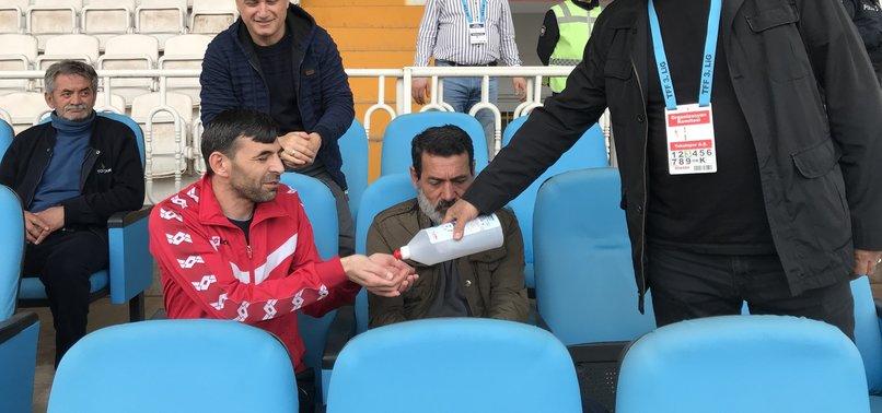 Tokat'ta maç öncesi dezenfektan ikramı